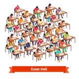 充分检查教室写测试的学生 免版税图库摄影