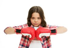 充分浓度 女孩被集中的训练拳击手套 孩子与体育手套实践的被集中的面孔 免版税图库摄影