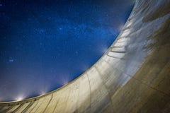 充分深蓝色夜空在水坝附近的星 免版税库存照片