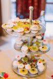 充分点心立场的特写镜头视图在婚礼桌安置的不同的杯形蛋糕 库存照片