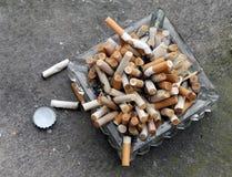 充分烟灰缸 免版税库存图片