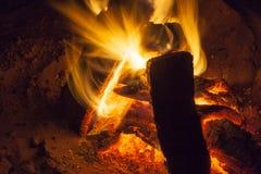 充分热的壁炉木头和火燃烧 免版税图库摄影