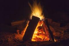 充分热的壁炉木头和火燃烧 免版税库存图片