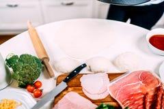 充分烹调在新的厨房里-桌细节菜和烹调工具 免版税库存照片
