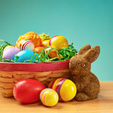 充分玩具兔宝宝和篮子鸡蛋 免版税库存照片