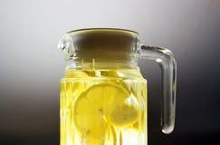 充分瓶柠檬水 免版税库存图片