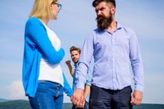 充分男朋友嫉妒的看起来积极的骗子夫妇 人找到或查出女朋友欺诈走与的他 图库摄影