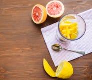 充分白色搅拌器新鲜水果和切的葡萄柚在厨房工作台面 免版税库存照片
