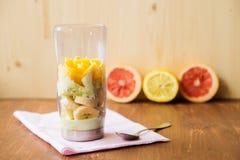 充分白色搅拌器新鲜水果和切的葡萄柚在厨房工作台面 免版税库存图片