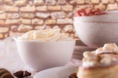 充分白色杯子在木板的甜凝乳酪 库存图片