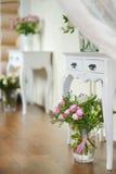 充分白色花瓶桃红色玫瑰 免版税库存图片