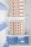 充分的冰箱用鸡蛋 免版税库存照片