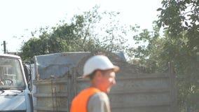 充分的卡车Defocused工作者背景有地面离开建筑植物的 土地撤除从坑 股票视频