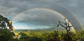 充分的双重彩虹和金黄菩萨 免版税图库摄影