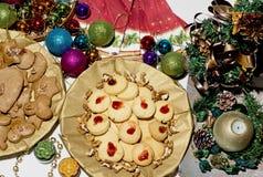 充分的圣诞节桌 免版税库存图片