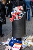 充分的垃圾箱 免版税库存照片