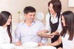 充分的家庭准备好新午餐 免版税图库摄影