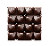 充分的巧克力片 被隔绝的切好的黑暗的巧克力特写镜头 免版税图库摄影