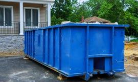 充分的建筑废物残骸一个大厦容器、垃圾砖和材料从被拆毁的房子 库存照片