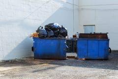 充分的建筑废物残骸垃圾砖和材料从被拆毁的房子 图库摄影
