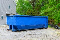 充分的建筑废物残骸垃圾砖和材料从被拆毁的房子 免版税库存图片