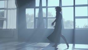 充分的成长跳舞现代舞的典雅的女孩在背后照明 影视素材