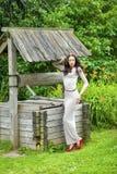 充分的成长,性感的长的灰色礼服的美丽的少妇在su 免版税库存图片
