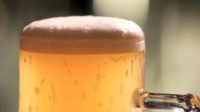 充分的杯子冷的琥珀色的啤酒 股票录像