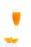 充分的杯橙汁和橙色果子在白色背景 免版税图库摄影