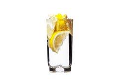 充分的杯水用查出的柠檬 免版税图库摄影