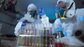 充分的生物危害品面具的两位科学家 免版税库存图片