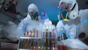 充分的生物危害品面具的两位科学家 股票录像