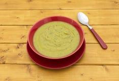 充分的碗与匙子的绿色汤 库存照片