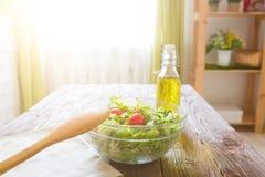 充分的碗在一张木桌上的新鲜的蔬菜沙拉反对一个土气厨房 概念健康生活方式和简单的食物 图库摄影