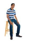 充分的身体印地安人坐在白色背景的一把椅子 库存图片