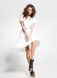 充分的身体美丽的妇女式样摆在白色礼服在演播室 免版税库存照片