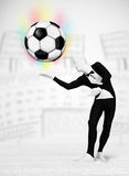充分的身体衣服holdig足球的人 免版税库存照片