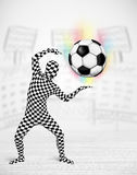 充分的身体衣服holdig足球的人 免版税图库摄影