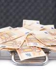 充分的货币手提箱 免版税库存图片