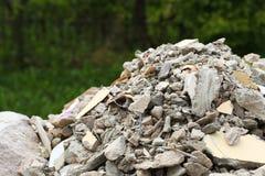 充分的建筑废物残骸瓦砾袋子 免版税库存照片