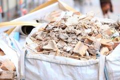 充分的建筑废物残骸袋子 库存照片