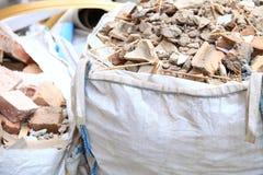 充分的建筑废物残骸袋子 免版税库存图片