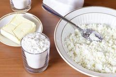 充分碗酸奶干酪,做的曲奇饼成份 免版税库存照片