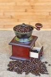 充分磨咖啡器烤咖啡豆-木背景 库存图片