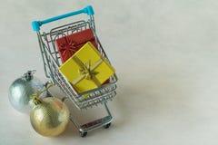充分礼物在微型购物车和基督的礼物箱子 库存照片