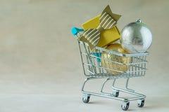 充分礼物礼物箱子和圣诞节装饰球在分钟 图库摄影