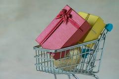 充分礼物礼物箱子和圣诞节装饰球在微型 库存图片