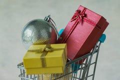 充分礼物礼物箱子和圣诞节装饰球在微型 图库摄影