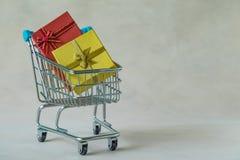 充分礼物礼物箱子和圣诞节装饰球在微型 免版税库存照片