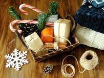 充分篮子圣诞节属性和当前箱子 免版税库存照片